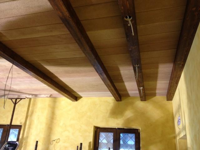 Travi in finto legno e pianelle finto cotto polistirolo for Copri travi finto legno